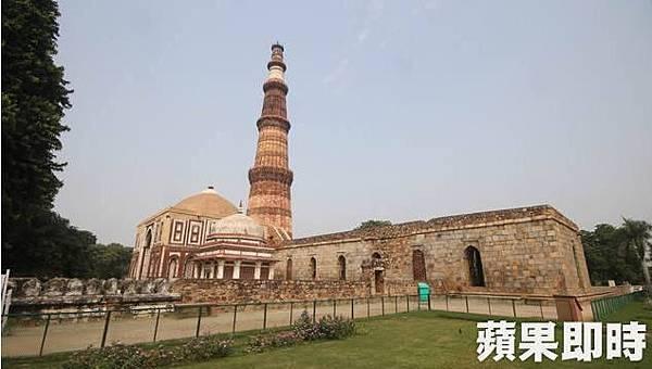 建於12世紀的古達明納塔 Qutb Minar)是德里十分具代表性的古蹟。2016 蘋果日報/愛玩姐。世群旅行社.jpg