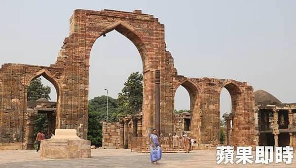 古達明納塔 Qutb Minar)周邊環繞著清真寺遺跡,同時也仍找得到過去曾是印度廟的痕跡。2016 蘋果日報/愛玩姐。世群旅行社.bmp