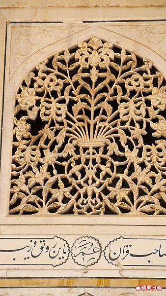 細膩的大理石花窗,若不細看感覺就像是木雕。 2016 蘋果日報/楊沛騏。世群旅行社.jpg