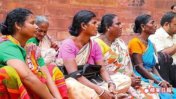 阿格拉堡門口也可見到許多印度的遊客。 2016 蘋果日報/楊沛騏。世群旅行社.jpg