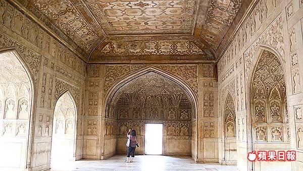歷經多任國王興建的阿格拉堡,牆面滿是極為細致的雕刻。 2016 蘋果日報/楊沛騏。世群旅行社.jpg