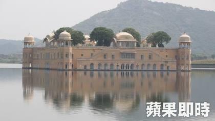 水之宮殿就宛如漂浮在水面上,過去是國王的行宮,可惜遊客無法進入參觀。 2016 蘋果日報/愛玩姐。世群旅行社