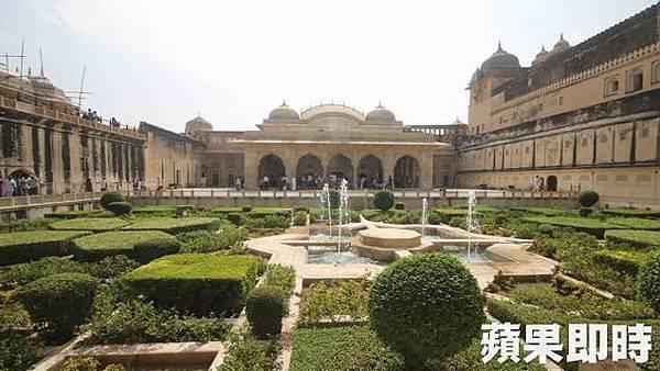 城堡有非常漂亮的庭園,而鏡宮就面對著美景。 2016 蘋果日報/愛玩姐。世群旅行社