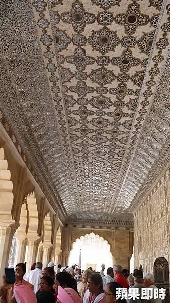 鏡宮的天花板廊道也都是鏡子,夜晚燭光映照時,格外絢爛。 2016 蘋果日報/愛玩姐。世群旅行社