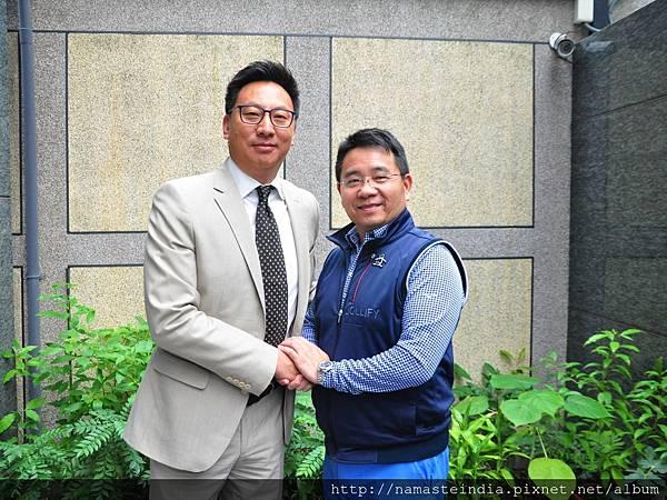 (左起)Happy Holidays Tour & Travel執行總監Sonam Wangchuk Kesang、世群旅行社董事長葉庭林。