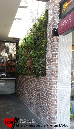 進入餐廳的廊道 好隱藏 XD
