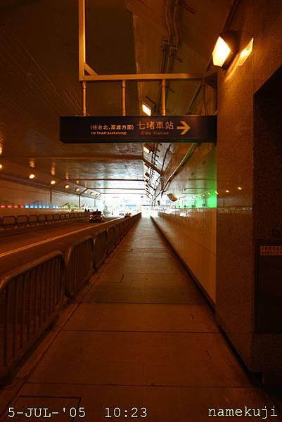 在地下道裡面的七堵站門口