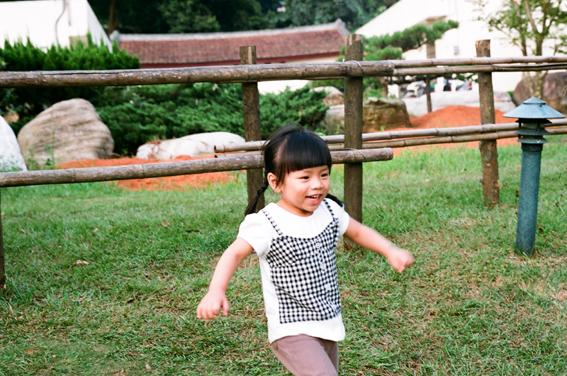 小草皮,讓孩子跑跑跳跳....