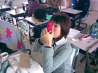 她用手機再化妝+補裝(哈)