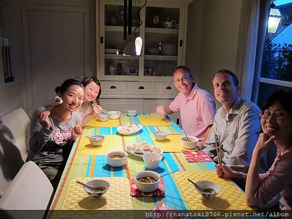 第一天到Eindohoven, Vivian姊姊煮自己包的水餃給我們吃哦~~