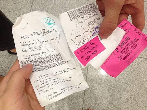 我竟然被分到不用付200peso的那一排~~唷呼~~~ 右邊是朱醫生的~不過我到了cebu還是要付…