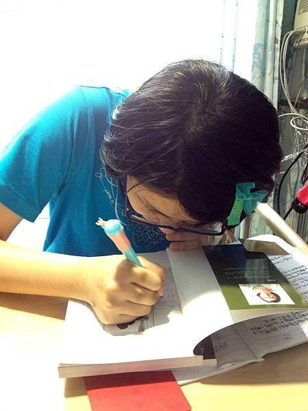 潤潤很認真為大家簽名