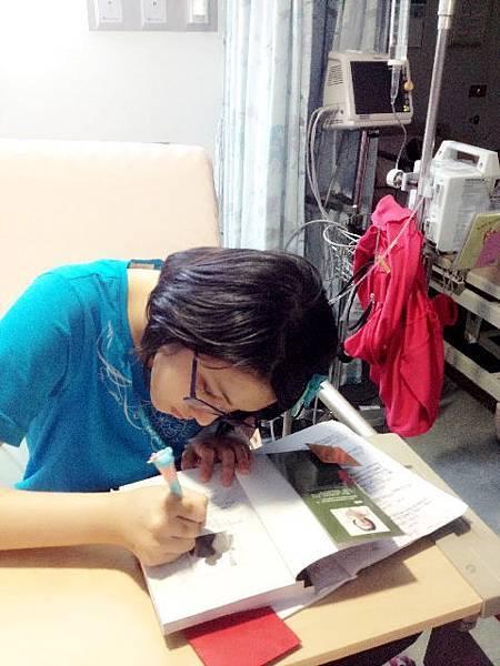 潤潤大明星簽書中