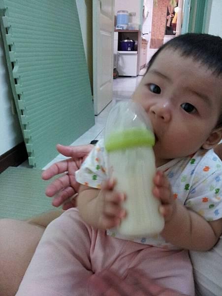 自己拿奶瓶!