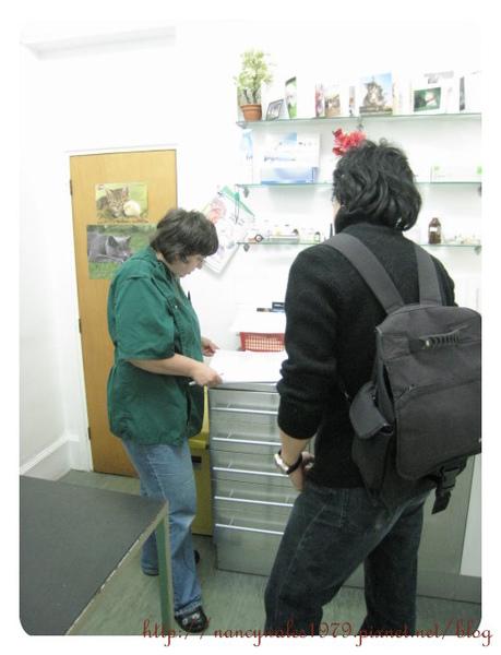 Mukka拔跟獸醫在對資料