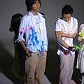 白色衣服已經被顏料染成彩色的