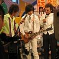 張傑表演最拿手的吉他