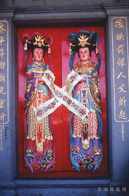 02澎湖後寮威靈宮,澎湖地區的廟宇非常多,彩繪的題材十分豐富,門神的彩繪安金極為常見。