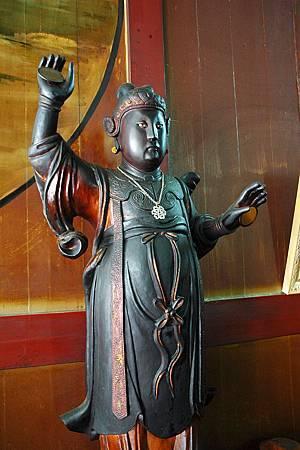 4風神廟內的電母神像,強調以鏡子來營造閃電的效果,腹部極為飽滿。