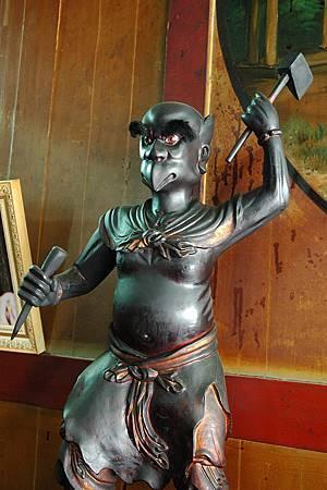 5雷公神像,以斧頭、鑿子、鳥嘴等作為雷聲表現的象徵。