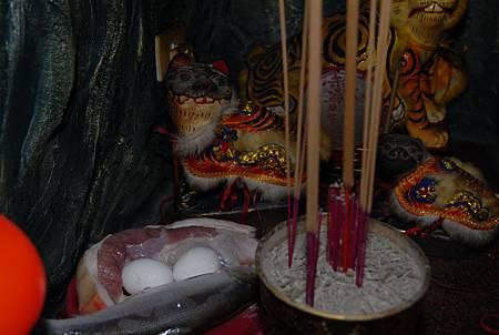 6講究的廟方以雞蛋、生魚、生肉來奉祀虎爺,以凸顯老虎的飲食特性。