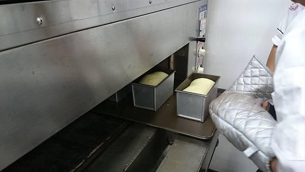 最後發酵至模具8分滿以上時,入烤箱烤焙35~40分鐘(20分時再翻面)