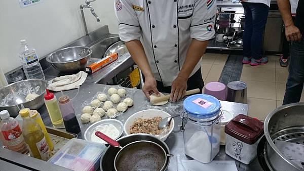 麵棍和桌面撒少許麵粉,將麵粉桿成片