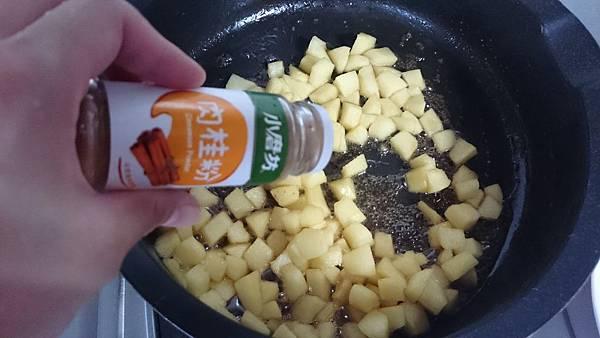 炒5分鐘後加入檸檬汁稍微炒乾,再撒上肉桂粉
