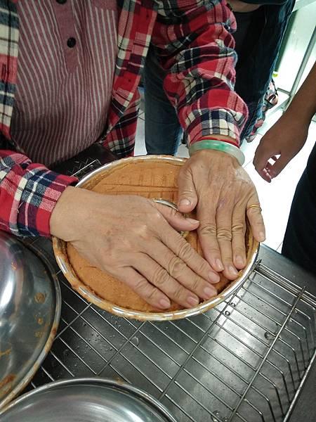 天使蛋糕冷卻後輕壓脫模