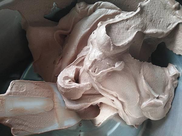 動物性鮮奶油打發至7分~用於塗抹裝飾