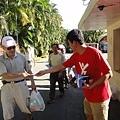 那可拿新生活教育中心的反毒勇士上街頭發放反毒手冊,協助民種了解毒品的真相!