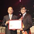 新生活教育中心譚執行長當選102年第17屆全國十大艾馨獎
