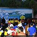 今天2014年3月15日花蓮東海岸有將近6000位來自全省各地的馬拉松好手齊聚一堂,大家一起為了健康及公益而跑,清晨4點時就陸續有許多公益團體及馬拉松選手在活動會場,新生活教育中心很榮興成為這次馬拉松活動的協辦贊助團體,所以我們出動了近30位的反毒志工團一起來幫忙活動進行,我們捐贈了運動手環讓選手在折返處索取,做為它們折返的認證信物,另外一組人馬則在主會場參與開跑的活動及反毒手冊發放的工作.