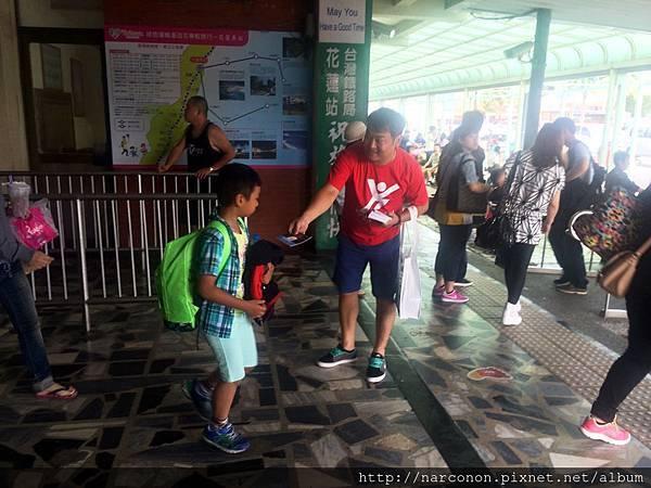 2014年10月5日花蓮火車站發放反毒宣導手冊活動