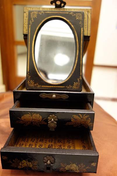 009仿古化妝盒1200元.JPG  鏡子可折疊收藏,描金牡丹、蝙蝠,喻富貴吉祥,福祿綿長~