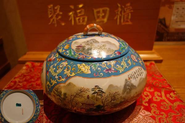 066台灣本土名家落款「興榮藝」花漾紋飾山水彩繪聚寶盆 義賣價: 3000元(已售出)