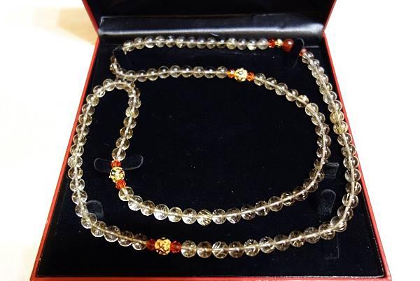 068鈦晶念珠--此念珠榮獲17世大寶法王(泰耶多傑法王)親手加持,本由陳姓功德主所歡喜請供,因大佛裝臟她特別再捐出義賣,如此幸運又有眾多福德的人所喜愛,珍貴寶物義賣價3萬元。
