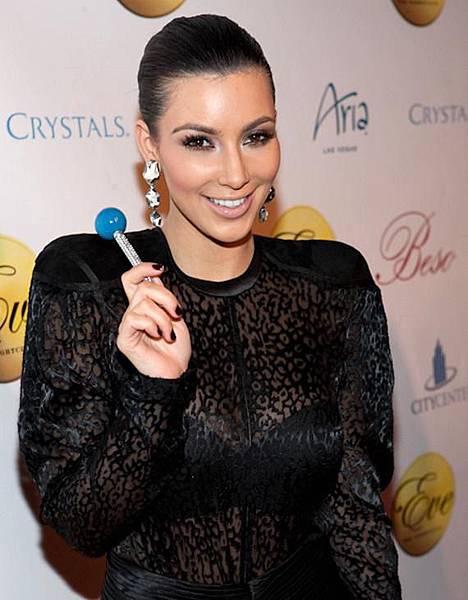 12_30_09_Kim_kardashian_kabik-96-9-570.jpg