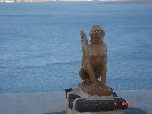 oia民居裏的雕像