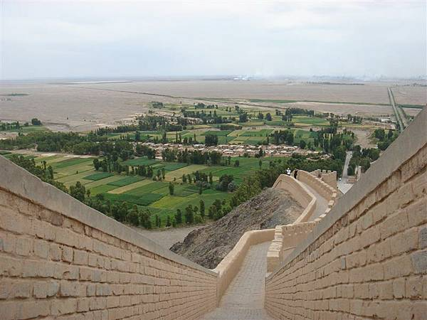 自倒掛長城上的碉堡眺望綠洲