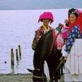 摩梭族的姑娘著傳統服飾