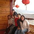 與小朋友們在瀘沽湖住處合影