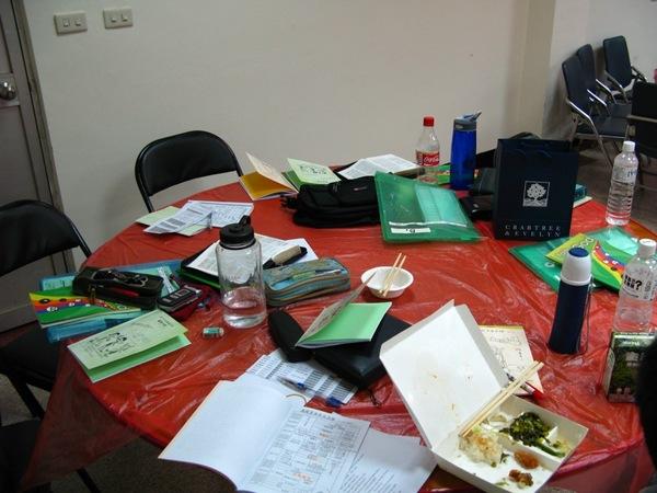 偽裝成辦公桌的餐桌-真得是餐桌