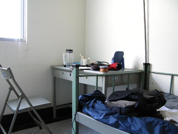 沒有電扇跟冷氣的員工宿舎