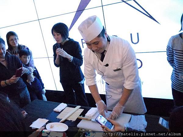 日本師傅教導做壽司捲