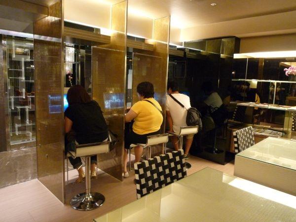 網咖 XD 是資訊室啦,有3台電腦和一些雜誌