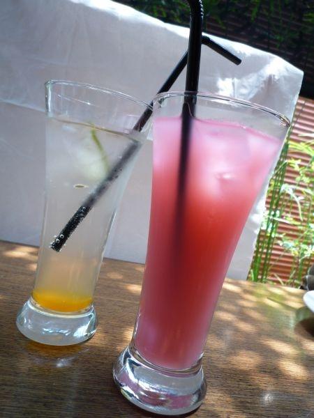 粉紅色是可爾必思+蔓越莓;透明的是百香果蘇打