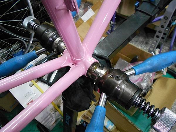 粉紅colnago 組裝-37.JPG