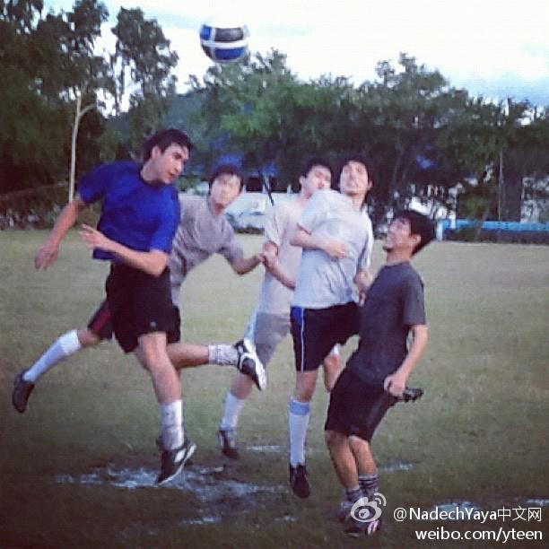 20120719 Nadech拍攝洗髮水廣告期間在春武里某學校踢球片段