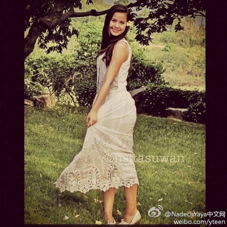 """愛土之爭工作人員更新Yaya大結局幕後花絮照,""""漂亮...甜美...我也(曾經)是。""""Yaya這身白色刺繡鏤空連衣裙真心漂亮!頭上還戴一朵花呢"""